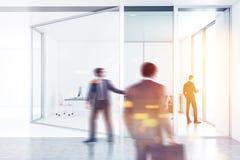 Employés de société dans le bureau, double exposition photo stock