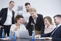 Employés de sourire faisant un brainstorm Photographie stock libre de droits