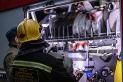 Employés des situations d'urgence au travail image stock