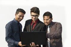 Employés indiens travaillant ensemble image stock