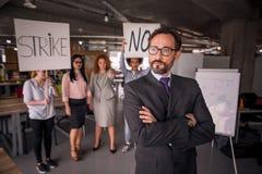 Employés mécontents en grève dans le bureau image stock