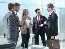 Employés parlant la position dans le bureau Photos stock