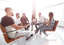 Employés s'asseyant dans la classe pour le renforcement d'équipe Image stock