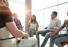 Employés s'asseyant dans la classe pour le renforcement d'équipe Images stock