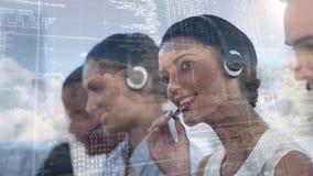 Employés travaillant au centre d'appel avec le code