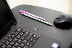 Employ? de bureau avec l'ordinateur portatif photos stock