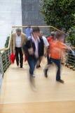 Employé de bureau marchant vers le haut des escaliers, tache floue de mouvement Image libre de droits