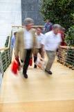 Employé de bureau marchant vers le haut des escaliers, tache floue de mouvement Images libres de droits
