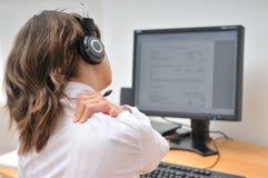 Employé de centre d'attention téléphonique avec douleur cervicale Photos libres de droits