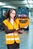 Employé ou surveillant féminin à l'entrepôt Images libres de droits