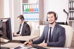 Employe de l'appui de service client fonctionnant dans le bureau image stock