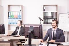 Employe od obsługi klienta poparcia pracuje w biurze Fotografia Royalty Free