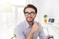 Employeur joyeux tenant un crayon Photo libre de droits