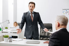 Employeur perplexe ayant la conversation avec le collègue dans le bureau photographie stock libre de droits