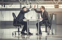 Employeurs gais célébrant leur succès photo stock