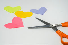 Employez le papier de coeur de post-it de coupe de ciseaux Photographie stock