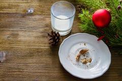 Emply-Glasscheibe von den Plätzchen und von der Milch für Weihnachtsmann Stockbilder