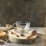 Emplykop voor thee, koekjes, kaneel, anijsplant op donkere backgrou Royalty-vrije Stock Foto's