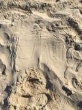 Empoche le sitspot de sculpture en jean-dans-sable de marque de plage de sable de jeans de sandart d'art abstrait Image libre de droits