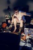 Empollón del videojugador que juega a los videojuegos en la televisión Fotos de archivo libres de regalías
