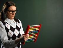 Empollón femenino que sostiene el ábaco imágenes de archivo libres de regalías