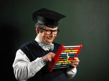 Empollón masculino que sostiene el ábaco Foto de archivo