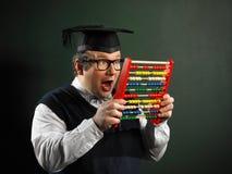Empollón masculino que sostiene el ábaco muy emocionado fotografía de archivo libre de regalías