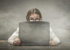 Empollón que mira el ordenador imágenes de archivo libres de regalías
