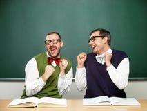 Empollones masculinos emocionados foto de archivo