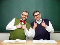 Empollones masculinos que celebran éxito fotos de archivo libres de regalías
