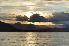 Emporhebender Sonnenuntergang mit hellen Lichtstrahlen lizenzfreie stockfotos