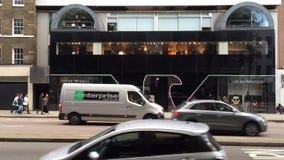 Emporio Armani shoppar Knightsbridge London, arkivfilmer