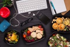 Emportez l'assortiment de repas à la vue supérieure de lieu de travail photographie stock