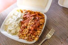 Emportez la nourriture, turc ou le plat grec de compas gyroscopiques emportent dessus la boîte Photographie stock