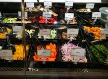 Emportez la section de salade dans le supermarché gastronome Photographie stock