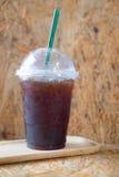 Emportez la tasse en plastique d'americano glacé de café noir Photographie stock libre de droits