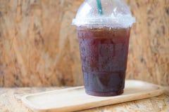 Emportez la tasse en plastique de café noir glacé Images stock