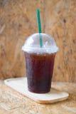 Emportez la tasse en plastique de café noir glacé Photos libres de droits