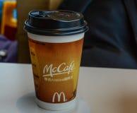Emportez le café chaud dans la tasse de papier image libre de droits