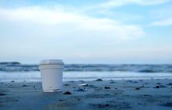 Emportez le café sur la plage avec la mer Image libre de droits