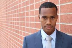 Empreendedor empreendedor africano novo que olha seguramente na câmera com espaço da cópia imagem de stock