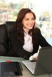 Empreendedor novo no escritório com portátil Imagem de Stock Royalty Free