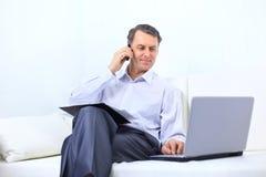 Empreendedor que trabalha da vista home Imagens de Stock