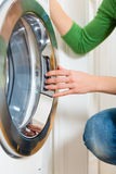 Empregada com máquina de lavar Foto de Stock