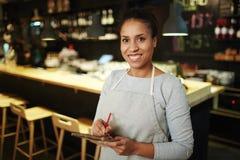 Empregada de mesa atrativa no trabalho imagem de stock royalty free