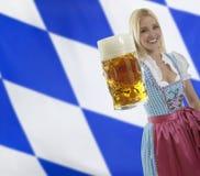 Empregada de mesa bávara com cerveja de Oktoberfest foto de stock