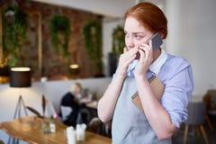 Empregada de mesa bonita Using Smartphone fotos de stock