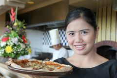 Empregada de mesa com pizza Fotos de Stock