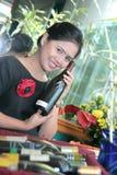 Empregada de mesa com vinho Fotografia de Stock Royalty Free