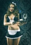 Empregada de mesa consideravelmente 'sexy' do vintage no fundo escuro Imagens de Stock Royalty Free